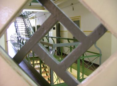 Blick-aus-Zelle-ins-Treppenhaus